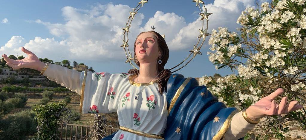 Avola antica. Sotto un cielo stellato, la Vergine Maria Assunta è incoronata regina